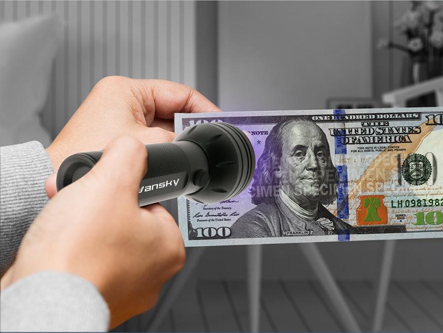海外の両替店で偽札を簡単に見破れるUVライト