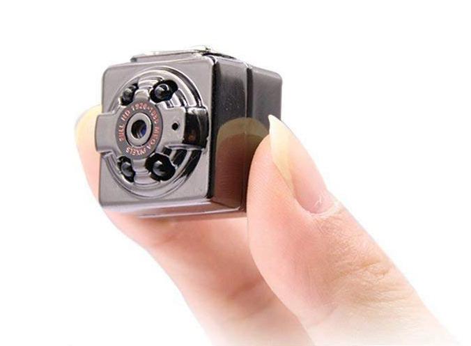 「超小型隠しカメラ」指でつまめるほど小さい!