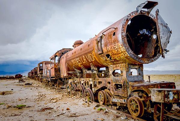 【ボリビア】ウユニ塩湖にこつ然と現れる大量の朽ちた列車たちの墓場