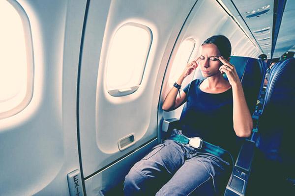 飛行機内のウイルス感染率は地上の100倍? 体調を崩さないための対策!