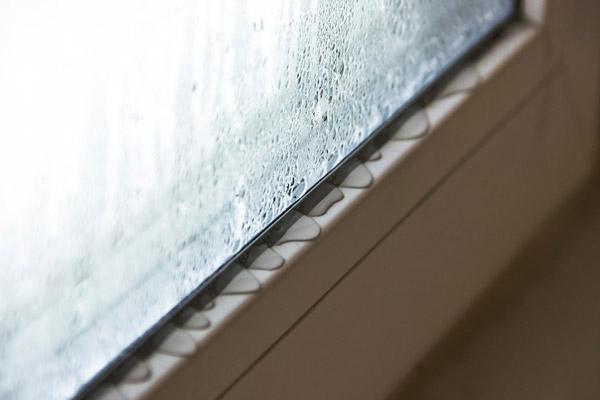 厄介な窓の結露 100均のグッズなどを使って対策してみた!