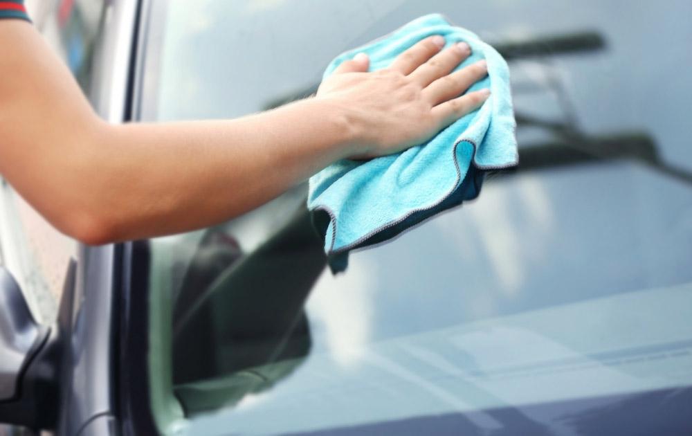 車のフロントガラスについた油膜を簡単に除去する裏ワザ!