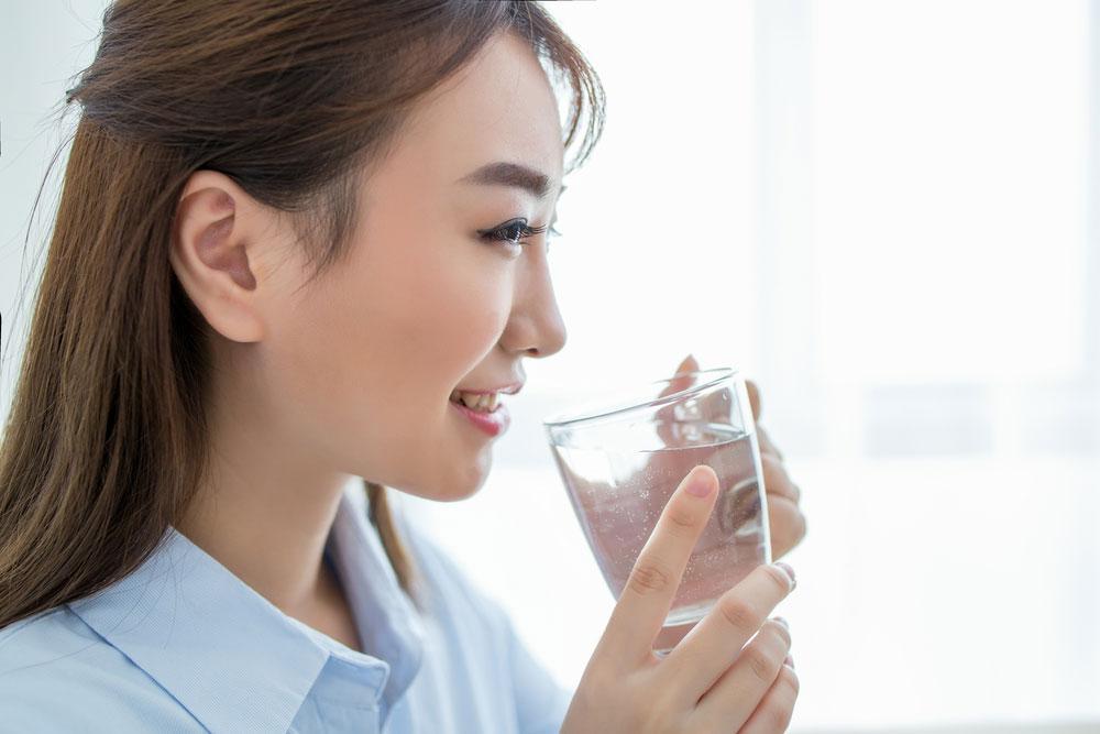 この時期、水を飲み過ぎると「水中毒」になる!? ってどんな中毒なの?