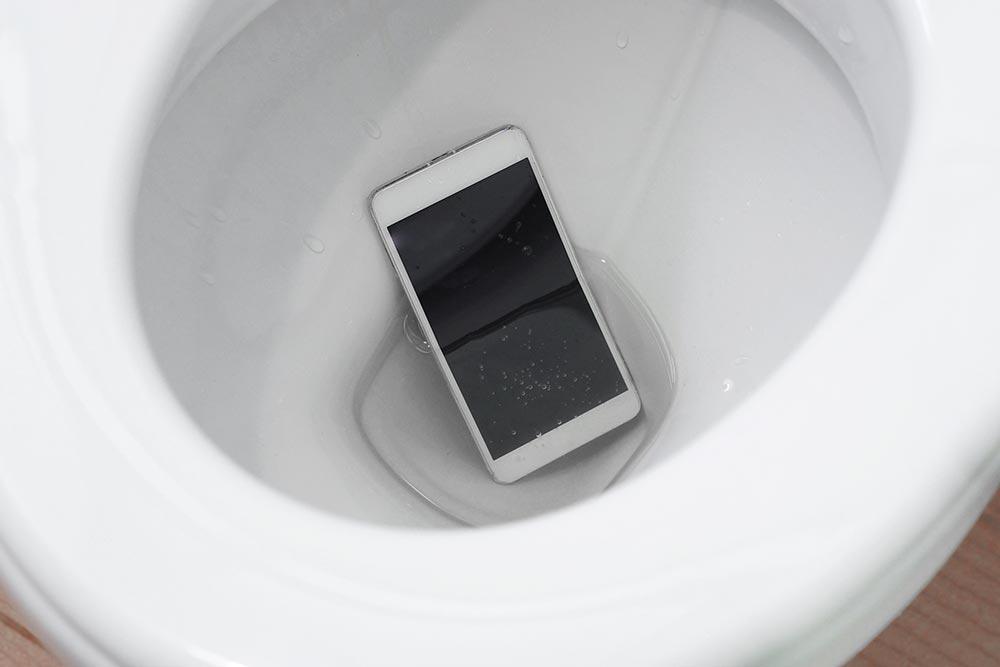 Androidスマホを水没させてしまったときの対処法 防水仕様でも水没はヤバい場合も!