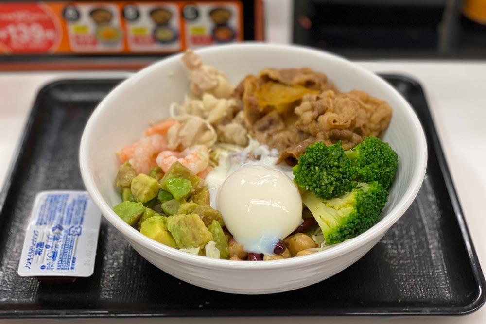 【吉野家】ライザップ牛サラダエビアボカドは、ただ食材を全部ぶち込んだだけの丼だった