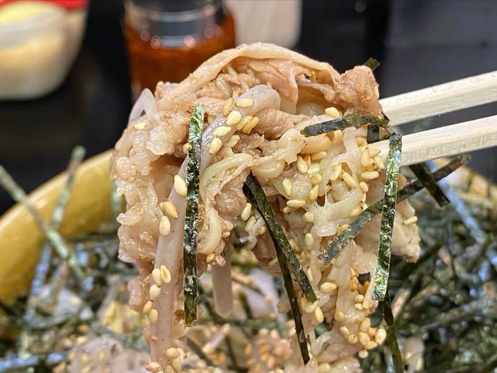 そば界の二郎こと「港屋」はなぜ蕎麦にラー油を入れるのか? そばの概念が覆される